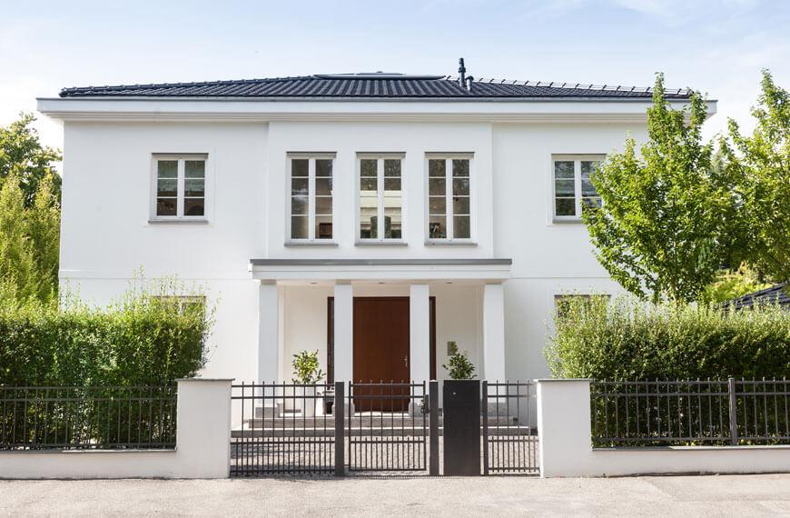 Wohnhaus mit weißer Fassade