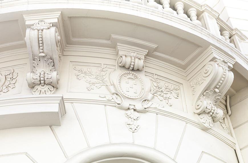 Historisches Gebäude weiß Balkon